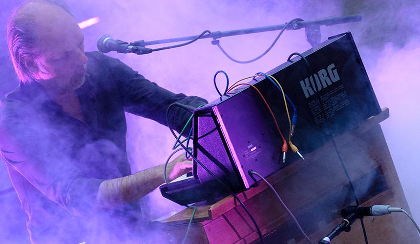 Trage Tonen: Bart van Dongen spelend op het harmonium
